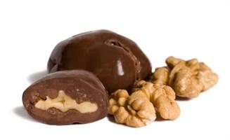 Орехи и фрукты в шоколаде